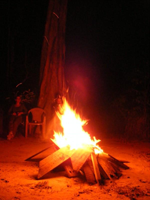Isadou Suriname 053 kampvuur