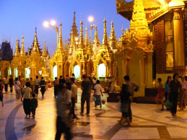 Shwedagon Pagode in Myanmar_002