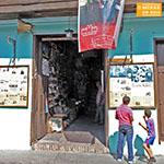 santiago-de-cuba-jongens-bij-krantenstalletje