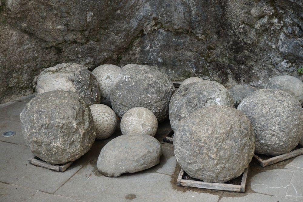 Berg stenen kogels in Predjama kasteel Slovenie