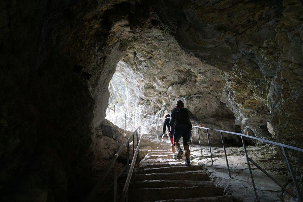 Tunnel in Predjama kasteel Slovenie