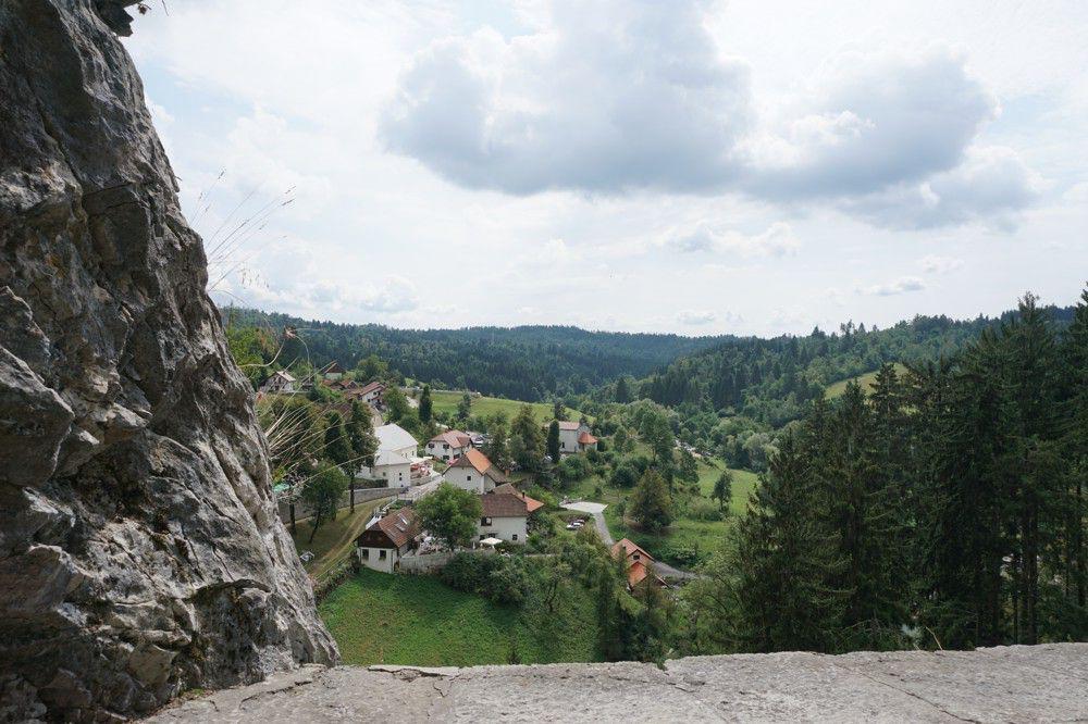 Uitzicht vanuit Predjama kasteel Slovenie