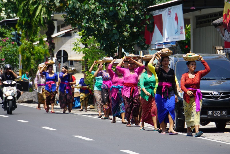 Balinese vrouwen brengen offers