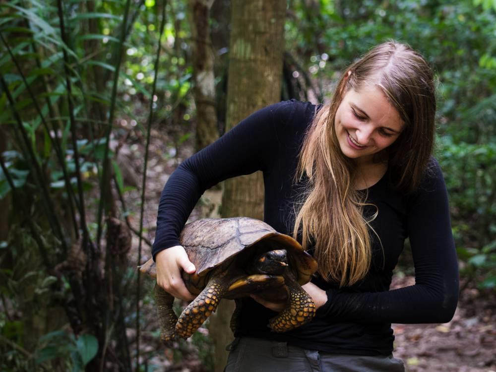 Groeten uit de natuur – Liselot with yellow-footed tortoise