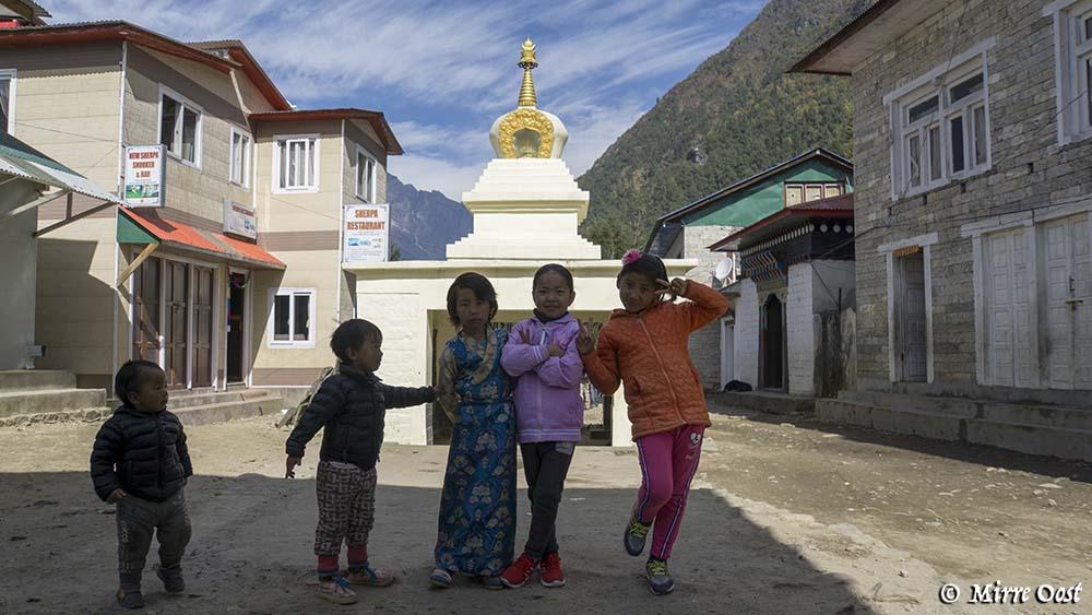 Nepal-133-Kinderen-in-Lukla