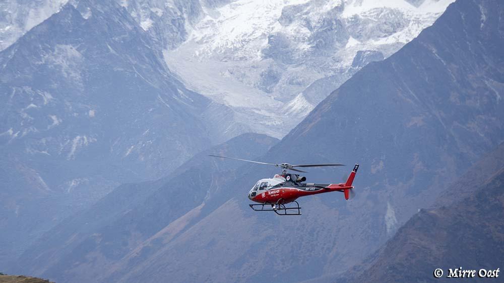 Een helikopter in de Himalaya.