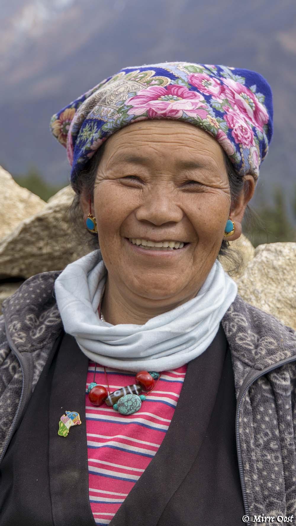 Nepalese mevrouw in traditionele kledij.