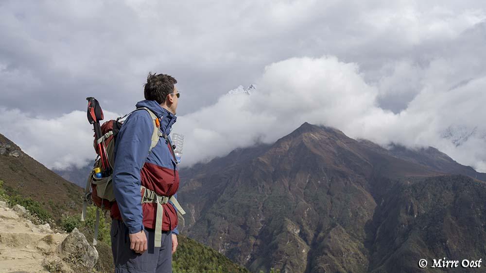Steven heeft uitzicht op een berg.